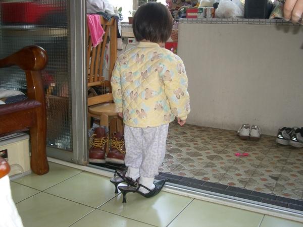 一歲多就偷穿高跟鞋...@@