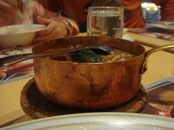 盛裝咖哩的小鐵鍋