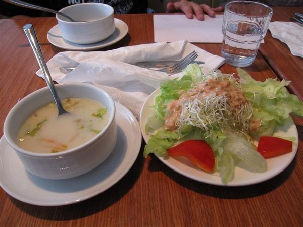 我的附餐湯品和沙拉(但我不喜歡生的甜椒啦)