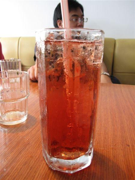 Jennifer 點的黑醋栗果汁,喝起來有黑嘉麗的味道~