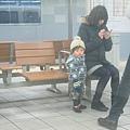 車外的小孩好可愛啊.JPG
