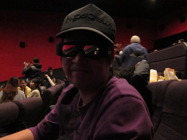 老公3D鏡上的反光也很好笑~