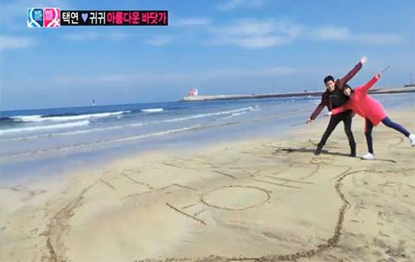 在海灘上畫心和寫下名字