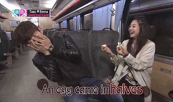 把煮熟的蛋打在澤演頭上