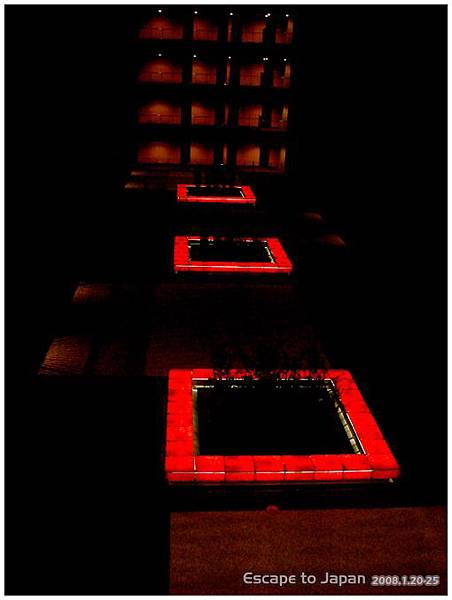 中庭晚上有燈光
