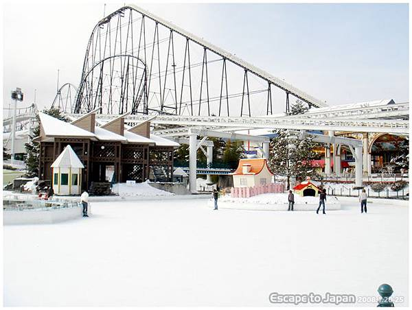 雲霄飛車還在積雪