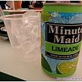 這裡的飲料都這樣賣的  會另外附給你一杯冰塊 自己倒