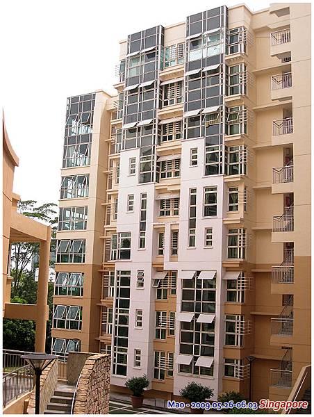 新加坡建築的特色就是整個很開放 走道甚麼都從外面可以看得清清楚楚