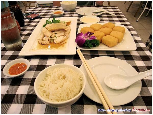 炸豆腐口感跟台灣不一樣 他的豆腐有豆漿味...  嗯  台灣的還是比較好吃