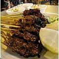 肉很甜很香 旁邊有附花生醬加一些特殊醬可以沾著吃