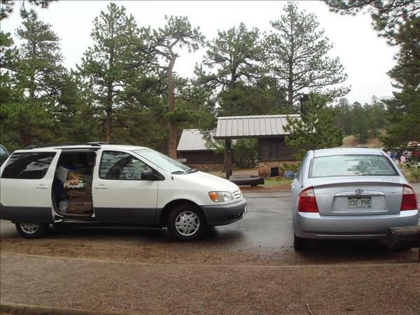 Tada的Toyota白色休旅車和我的Kia小藍車車