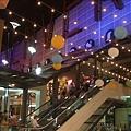 這是一個小shopping mall, 我喜歡裝飾的彩色球球