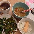 今天炒了兩種菜, 煎了鮭魚, 和蔬菜湯
