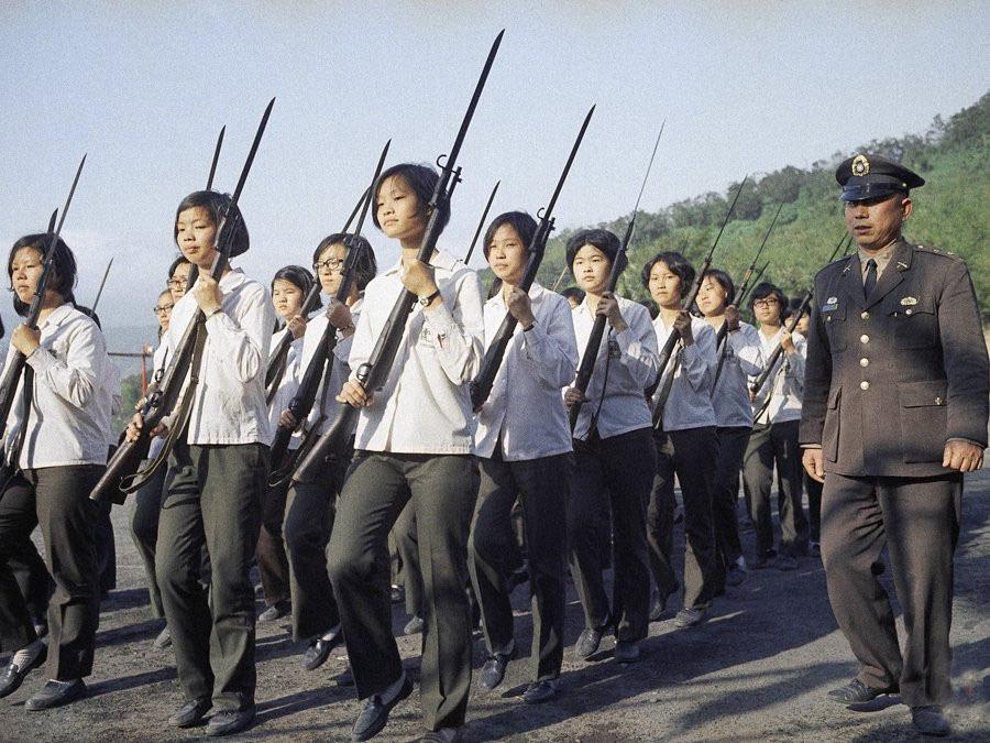 1972年,铭传大学军训,女大学生留着统一的短发.jpg