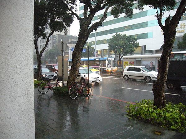 回到西敏都快4點半了,還在下暴雨