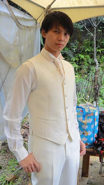 穿上白西裝的寶貝~