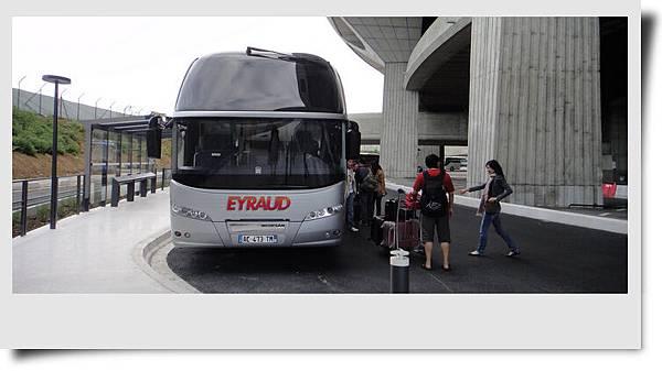 陪伴我們旅程的舒適巴士
