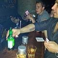 馮迪索繼續叫啤酒,李馬可繼續叫長島。