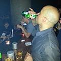 馮迪索喝啤酒,李馬可喝長島,這是一場起跑點不公的尬酒賽。