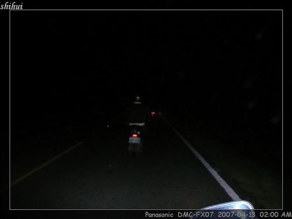 沒路燈,比小黑還黑