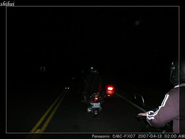 很多人關車燈騎