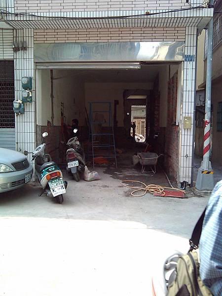施工中-一樓前廳的牆被打掉了