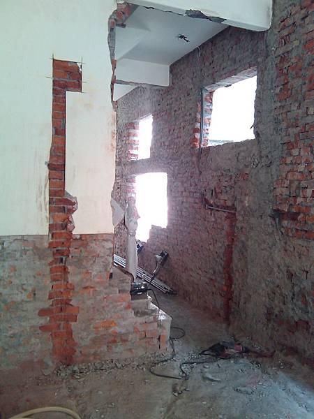 施工中-一樓的前廳通後面的門被打寬加高