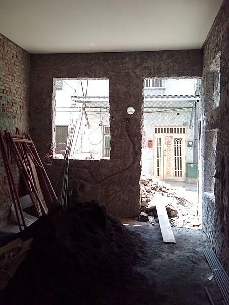 施工中-一樓的後廳(廚房)後門跟窗戶也加高