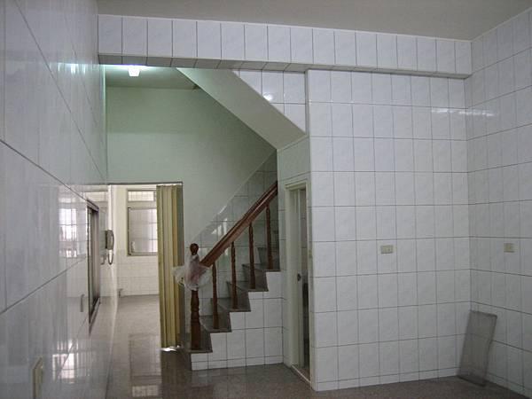 施工前-一樓廚房看向前廳