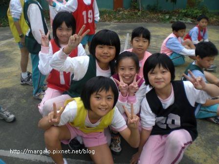 我和其他三年級女生組80公尺賽跑的五位選手