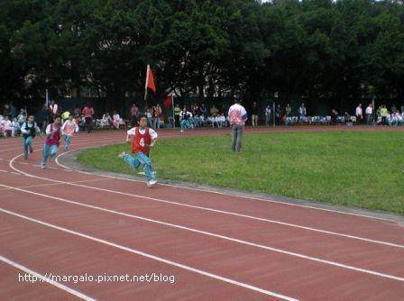 我的四年級朋友劉孟昌參加四年級組200公尺決賽得到第六名