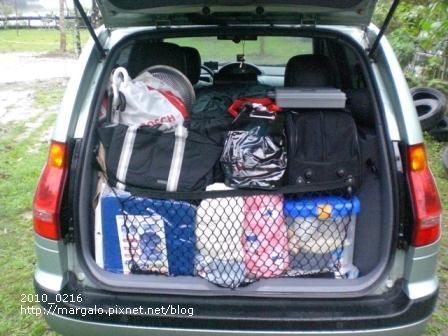 露營裝備裝滿後車箱