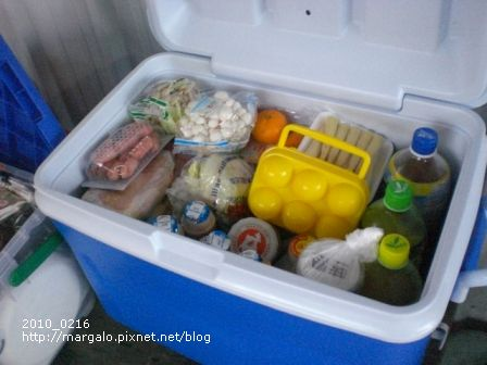 滿滿的冰桶裝著這幾天吃的食物