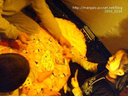 沒電視的夜晚全家一起玩樸克牌