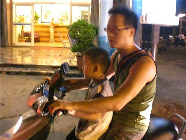 綠島~少年會館民宿前集合集體騎機車夜遊