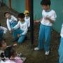 運動會進行中我和弟弟和同學在校園旁玩沙