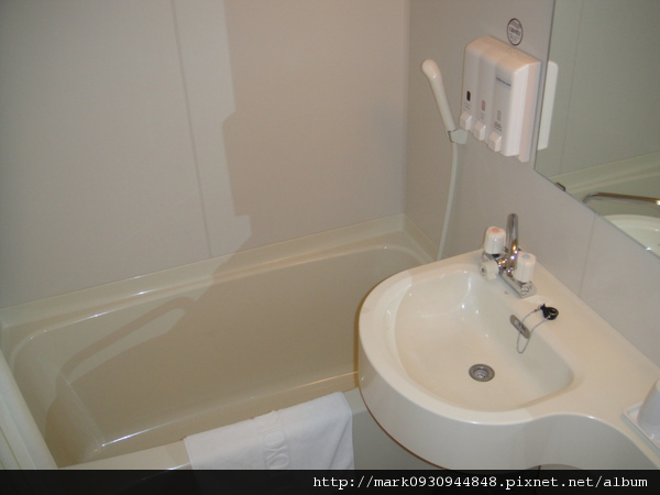 衛浴設備還附大浴缸,整個人泡在裡面都不是問題