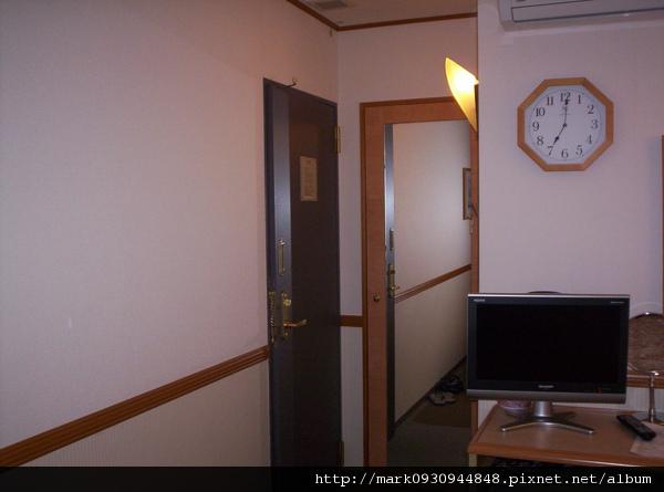 房間入口後面還有置衣間