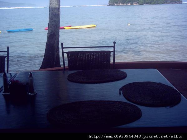 悠閒的在沙灘旁享受早餐
