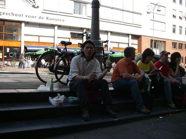坐在路邊喝酒.JPG