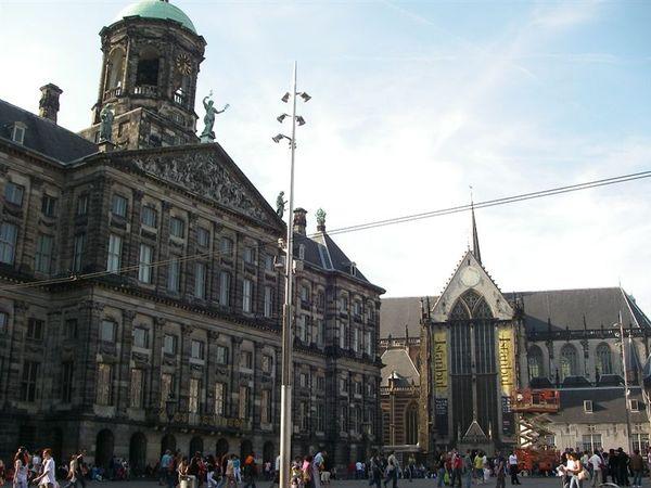 荷蘭王宮,旁邊是加冕教堂.JPG