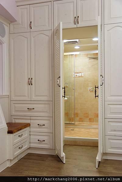 主臥衛浴入口