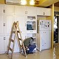 如火如荼安裝玄關/餐廳區的置物櫃