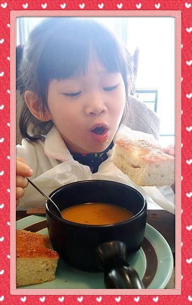QQ享用美食的樣子