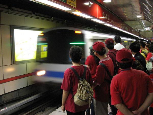 紅衣部隊準備進駐捷運車廂