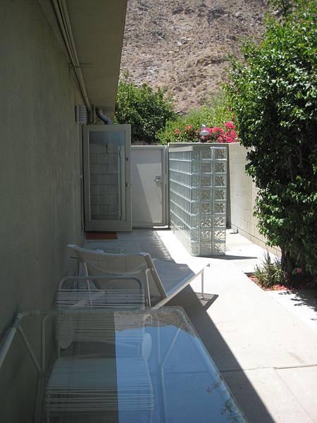 我們後院那露天的shower!!其實很熱,不過洗起來很舒服就是!