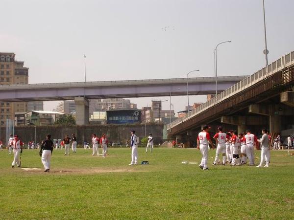 一堆人在打棒球