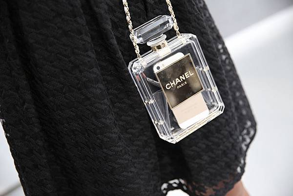 la-modella-mafia-Chanel-Spring-2014-Couture-fashion-week-in-Paris-street-style-perfume-bottle-bag.jpg