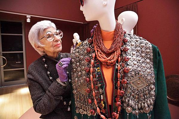 Iris-Apfel-installs-her-ensembles-at-PEM-Courtesy-Peabody-Essex-Museum.jpg