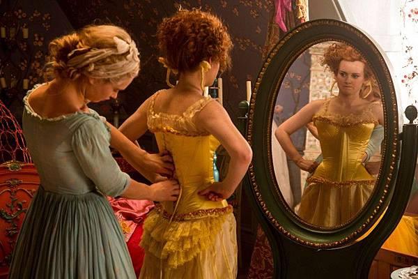 《仙履奇緣》電影中灰姑娘幫壞心姐姐Drisella穿馬甲的場景.jpg